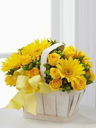 Sarı çiçekli sepet arajmanı
