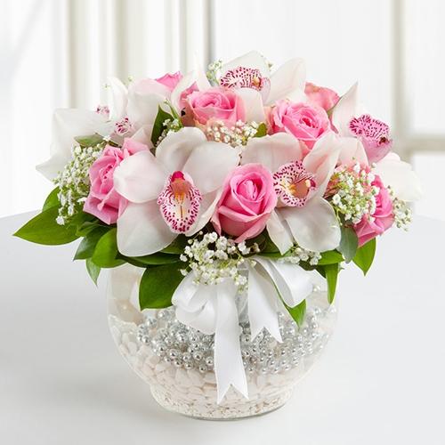 Pembe gül beyaz orkide arajmanı